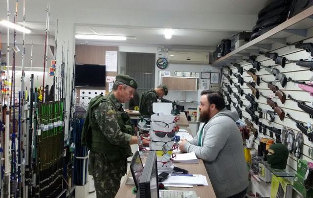 Operação Alta Pressão fiscaliza comércio de armas e munições no Paraná e Santa Catarina