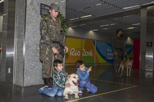 Cães da FAB chamam atenção de passageiros no Aeroporto Tom Jobim