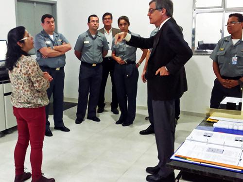 Diretor do CCIM visita fábrica de munições da MB