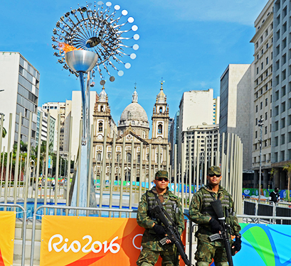 Marinha faz segurança da pira olímpica no centro do Rio