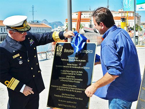 Vice-Almirante Leonardo Puntel, acompanhado do Prefeito Eduardo Paes, descerra a placa inaugurativa do Boulevard Olímpico