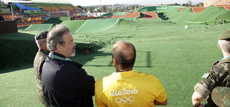 O ministro esteve no Parque Radical, onde estão sendo realizadas competições de canoagem slalon, mountain bike e BMX.