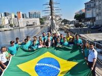 """Integrantes da equipe olímpica de Vela da seleção brasileira na proa do Navio Veleiro """"Cisne Branco"""""""