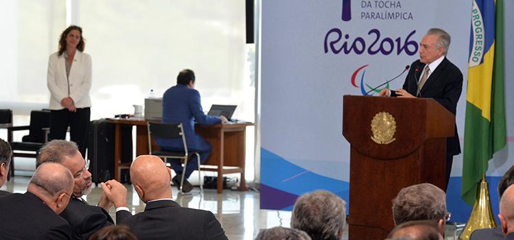 Coube ao presidente em exercício, Michel Temer, receber o fogo olímpico e acender a tocha