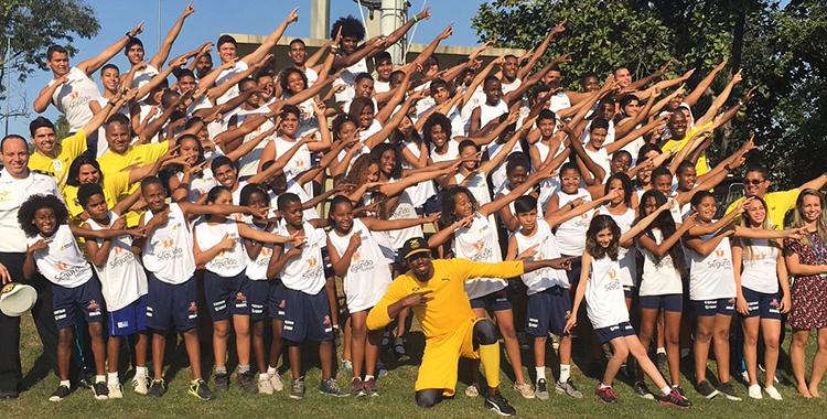 Rio 2016: Atleta jamaicano Usain Bolt posa com crianças do Profesp