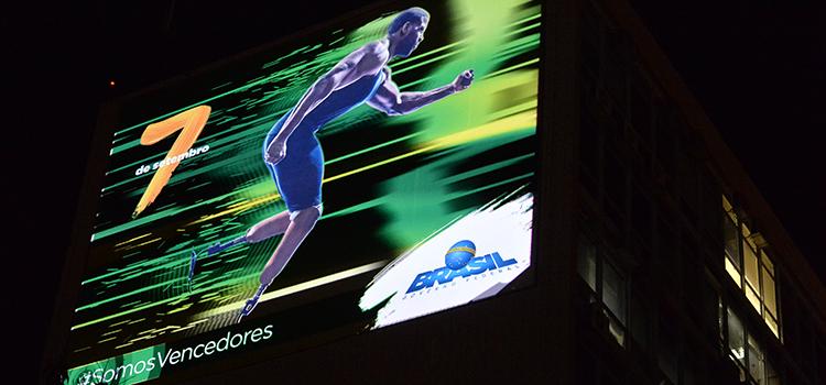 Os paineis instalados na Esplanada levam o tema Jogos Olímpicos e Paralímpicos, com projeções mapeadas à noite