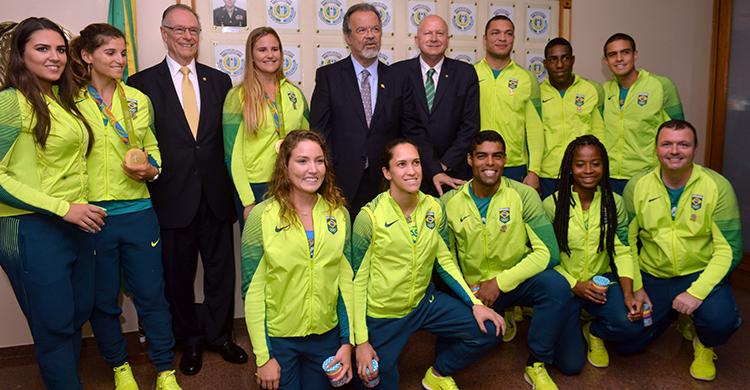Atletas do Programa de Alto Rendimento (PAAR), que participaram dos Jogos Rio 2016, estiveram no Ministério da Defesa