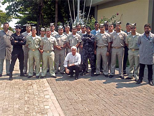 Alunos do CIASC e da Polícia Militar visitam fábrica de munição da Marinha