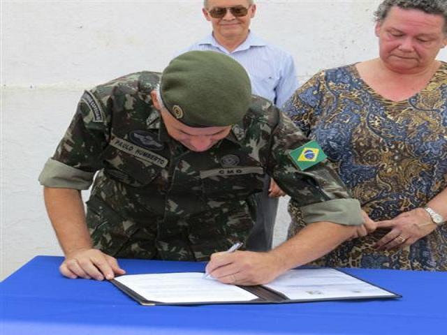 CMO e a Universidade Federal da Grande Dourados assinam acordo de cooperação no Forte Coimbra