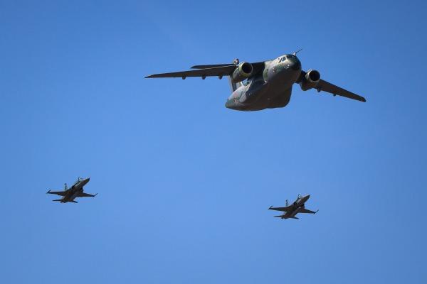 Cargueiro KC-390 e Esquadrilha da Fumaça são destaques em desfile no DF