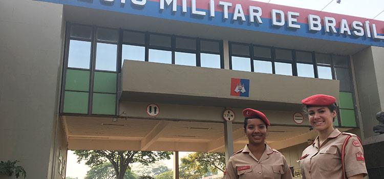 Mônica e Natália representam as jovens que sonham com a carreira militar. Foto: Adriana Fortes/MD