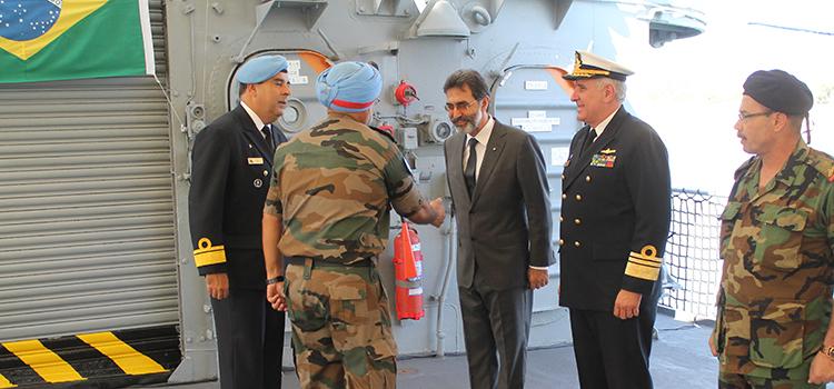 O almirante Claudio Henrique Mello de Almeida, atual comandante da FTM-Unifil recebe autoridades na chegada da Fragata Liberal