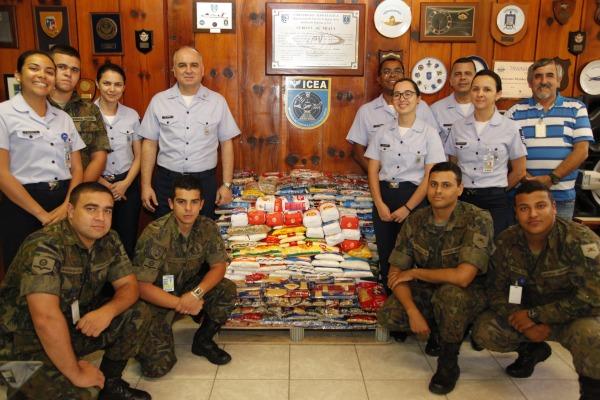 Instituto de Controle do Espaço Aéreo dooa alimentos a três entidades em São Paulo