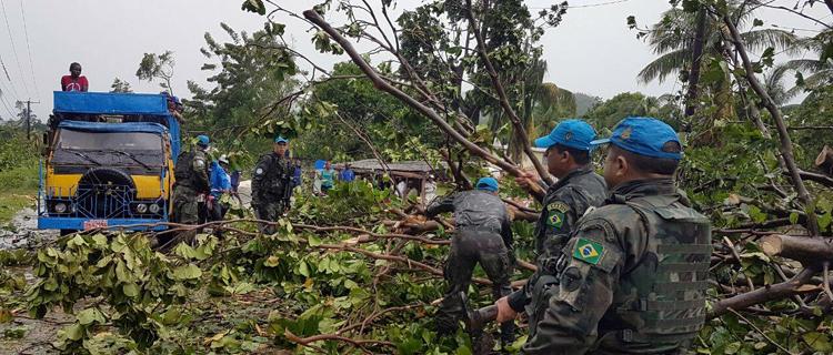 Militares brasileiros durante trabalho de desobstrução de estradas de acesso às áreas afetadas pelo furacão Matthew