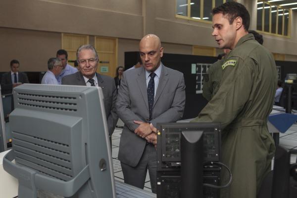 Alexandre de Moraes visita unidades de defesa e controle de tráfego aéreo