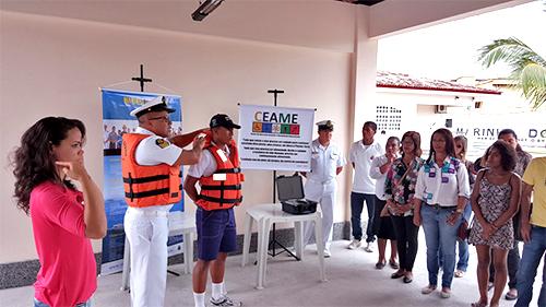 Demonstração do uso de coletes salva-vidas