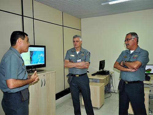 Comandante de Operações Navais visita novas instalações do CGEM