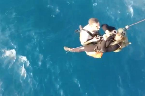 Helicóptero da FAB resgata comandante de navio que sofreu infarto em alto-mar