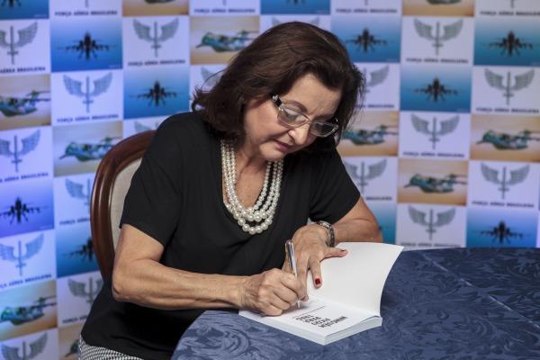 Jornalista Maria Tereza Kersul lança livro sobre operação de busca e resgate do voo 1907