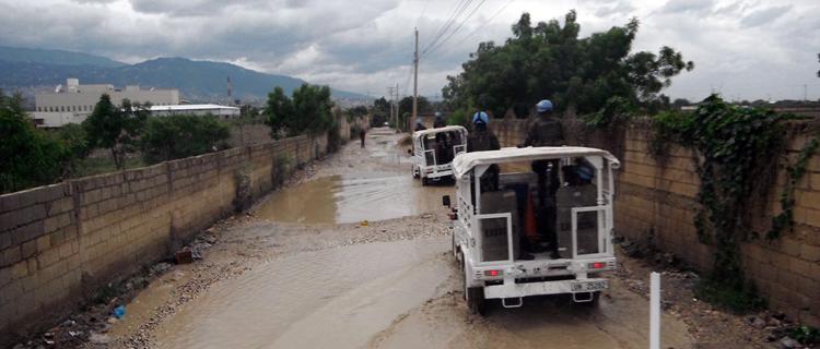 Militares brasileiros ajudaram população do Haiti durante passagem do furacão Matthew