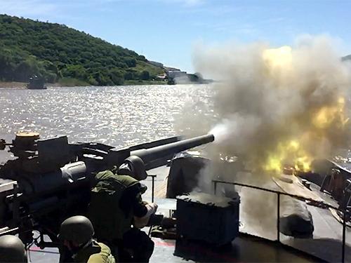 """Navios da MB realizam exercício de tiro real na operação """"Fronteira Sul"""""""