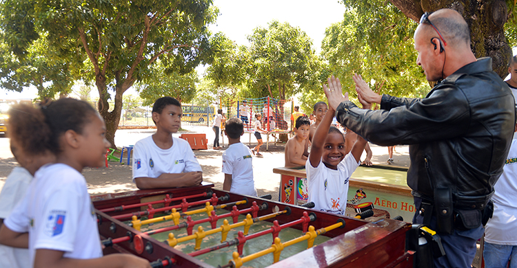 O brigadeiro Machado aproveitou o momento para conhecer melhor as crianças e a história de algumas delas