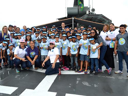 Crianças da Casa de Apoio Escolar visitam navio da Marinha