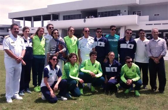 Atletas olímpicos acompanhados por autoridades da Marinha do Brasil