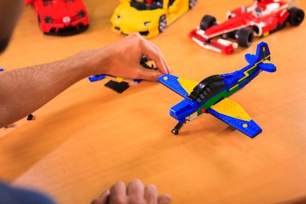 FAB prepara vídeo de como fazer um A-29 usando blocos de encaixe