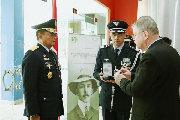 Chefe do Estado-Maior da Força Aérea da Indonésia recebe Medalha Mérito Santos-Dumont