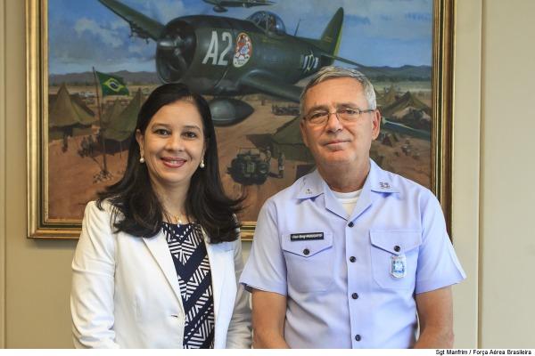 Comandante da Aeronáutica recebe Advogada-Geral da União