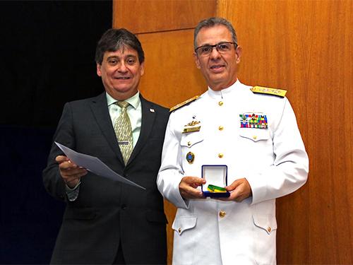 Presidente da CNEN entrega medalha ao Almirante de Esquadra Bento