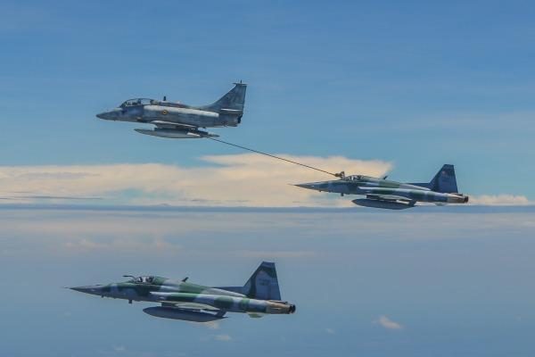 FAB e Marinha realizam operação inédita de reabastecimento em voo
