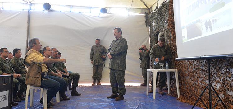 O ministro assistiu a uma apresentação com detalhes da operação, que contou com a participação de oficiais generais da Força Naval e observadores estrangeiros