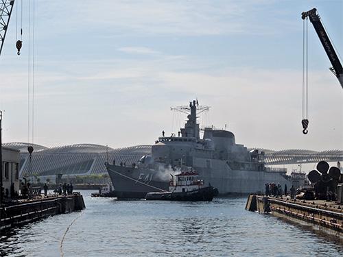 """Fragata """"Defensora"""" entrando no dique Almirante Jardim"""