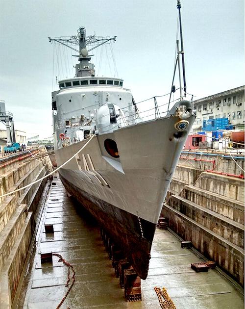 """Fragata """"Defensora"""" realiza terceira docagem do seu período de manutenção"""