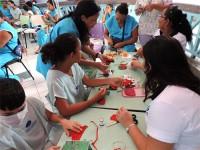 Mães residentes no Hospital Infantil Varela Santiago participam de oficina das Voluntárias Cisne Branco, em Natal