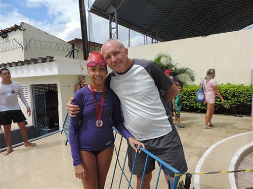 Suboficial (MR) Luiz André Oliveira Magalhães com a filha
