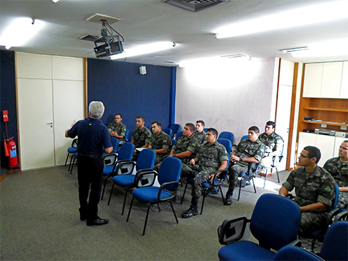 Oficiais-alunos do Exército Brasileiro na Fábrica de Munição Almirante Jurandyr da Costa Müller de Campos