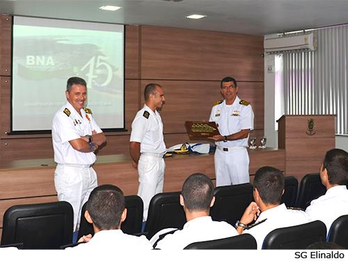Comandante da BNA recebe placa de homenagem do Navio Escola espanhol