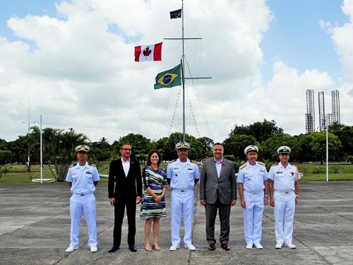Comandantes do 2ºDN, da BNA e do GptPatNAvL com a comitiva canadense