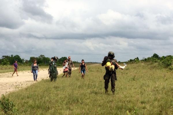 Black Hawk resgata crianças em aldeia indígena no Pará para tratamento médico