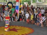Crianças assistem apresentação circense