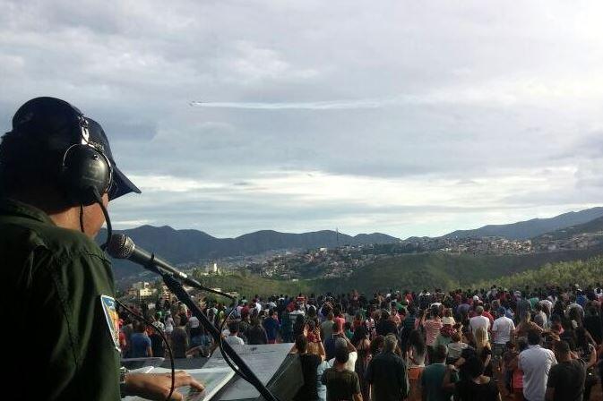 Esquadrilha leva alegria à população de Mariana após um ano de tragédia ambiental