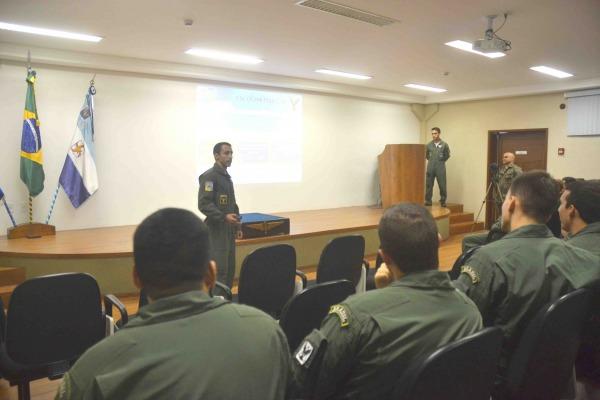 Estagiários de asas rotativas participam de cerimônia para escolher unidade aérea