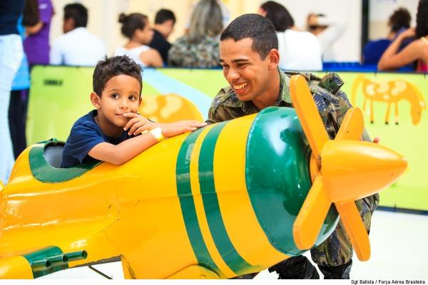 Soldado Brenno Santos ajudou as crianças a entrar nos mini aviões