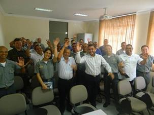 Marcio Pereira acompanhado do CC (Refº-T) Renato e tripulação feliz pela palestra