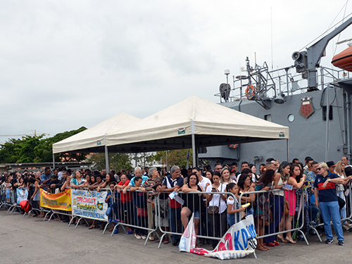 "Familiares aguardando a chegada da Fragata ""Independência"""