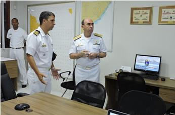 O Comandante do Grupamento de Patrulha Naval do Leste apresentou o Centro de Operações ao Vice-Almirante Viveiros