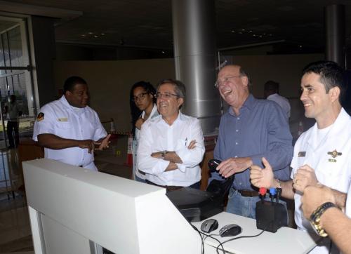 Representantes do Ministério de Ciência e Tecnologia testam o simulador de navegação